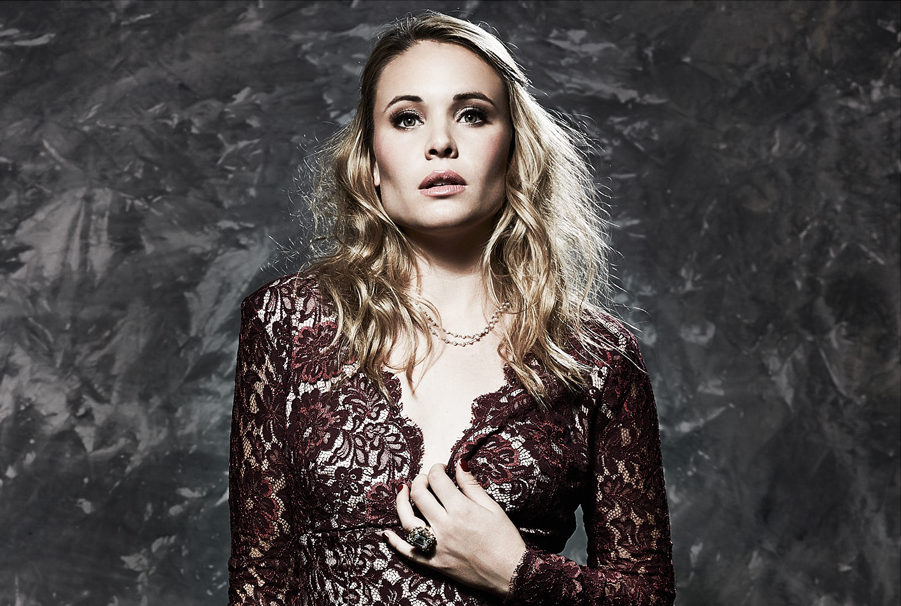 leah pipes glamoholic dec2013 (4b)
