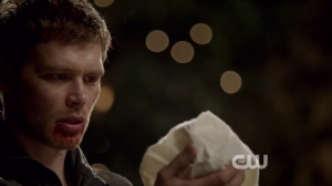 Résumé de l'épisode 22 saison 1  From a Cradle to a Grave Klaus
